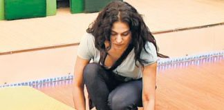 Veena Malik throws a shoe at Ashmit Patel in anger