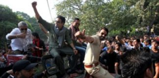 Arjun Rampal mobbed by DU students
