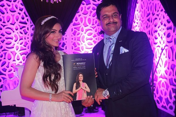 Ms. Soha Ali Khan & Mr. Hasmukh Thakur (1)