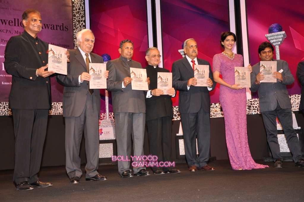 Sonam Kapoor India Gem and Jewellery Awards-5