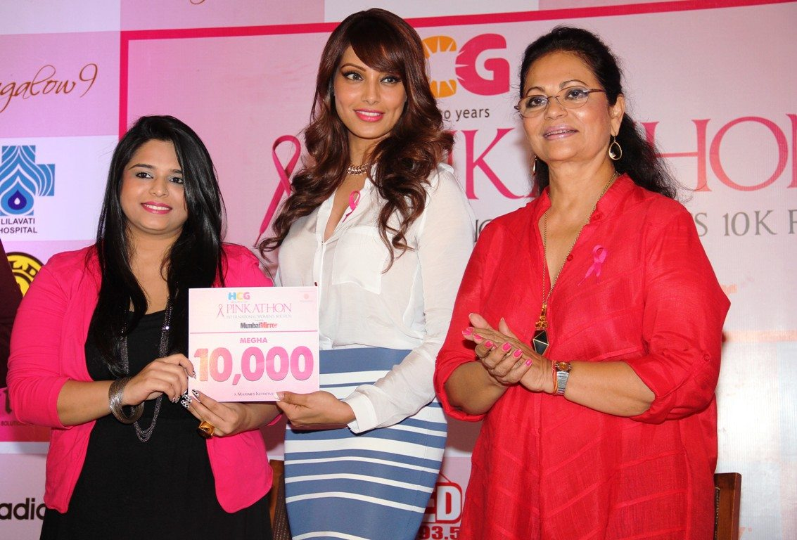 Bipasha Basu and Deveika Bhojwani along with Megha Panjabi, the 10,000 participant for Pinkathon
