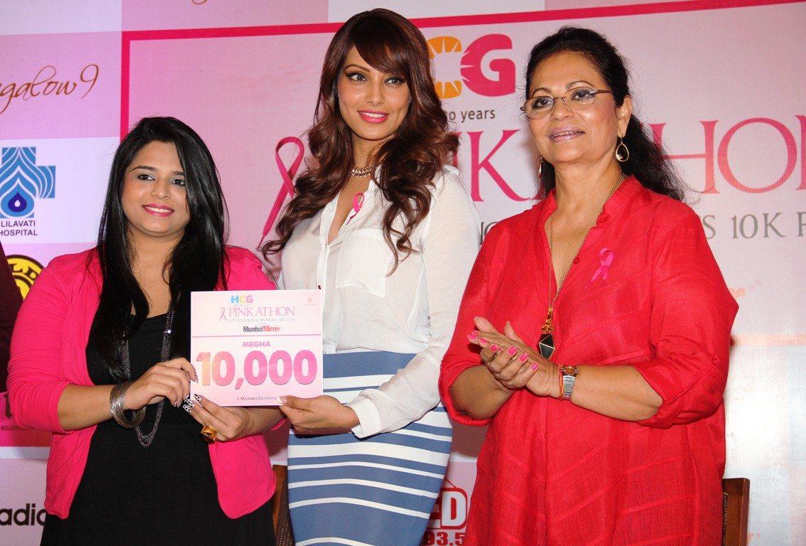 Bipasha Basu and Deveika Bhojwani along with Megha Panjabi, the 10,000 participant for Pinkathon