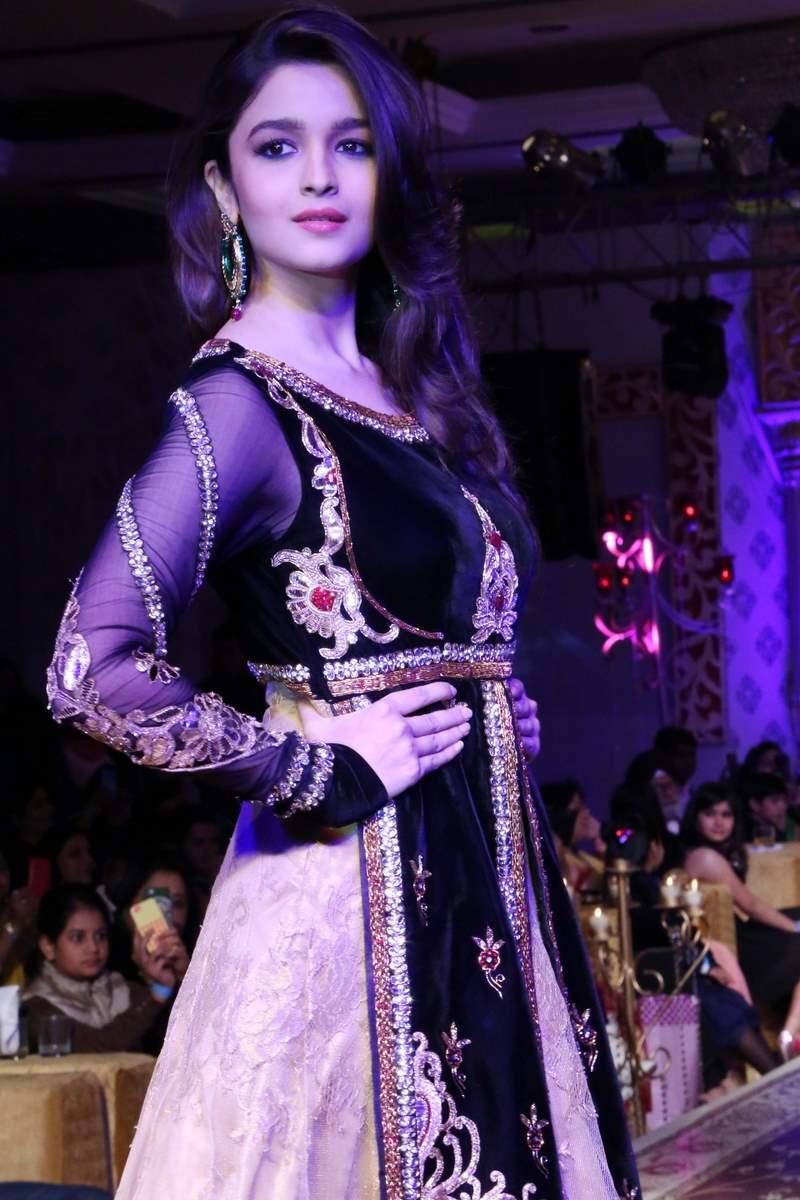 Alia Bhatt Turns Showstopper For Kavita And Meenu Maliks Fashion