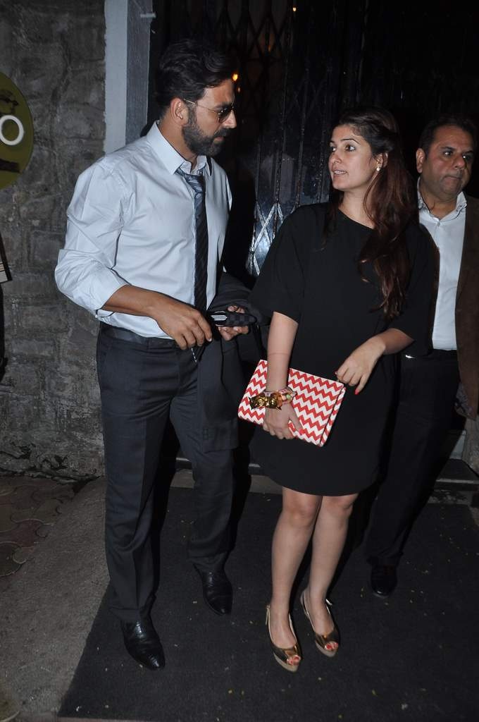 Akshay twinkle at restaurant (1)