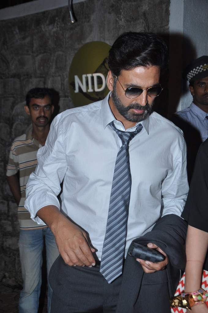 Akshay twinkle at restaurant (3)