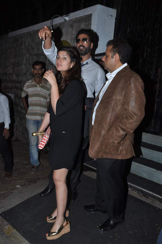Akshay twinkle at restaurant (5)