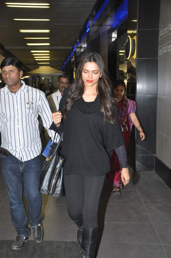 Deepika and ranveer return from holiday (1)