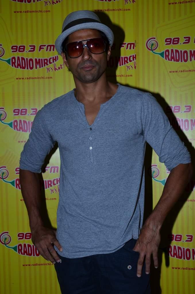 Farhan akhtar radio  mirchi (4)