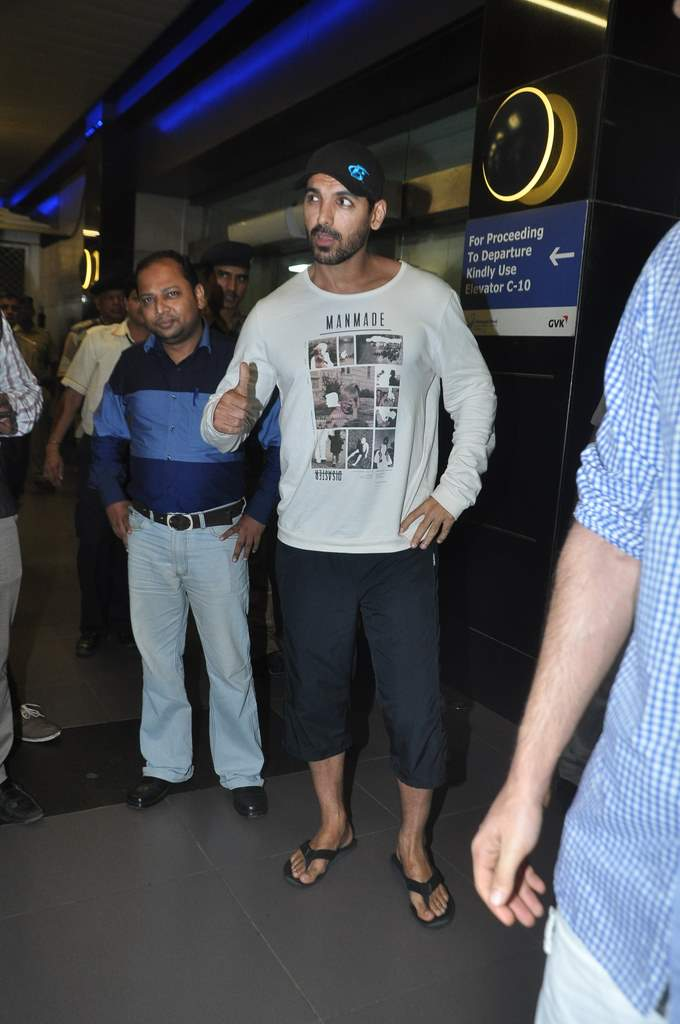 John Abraham spotted at airport (3)