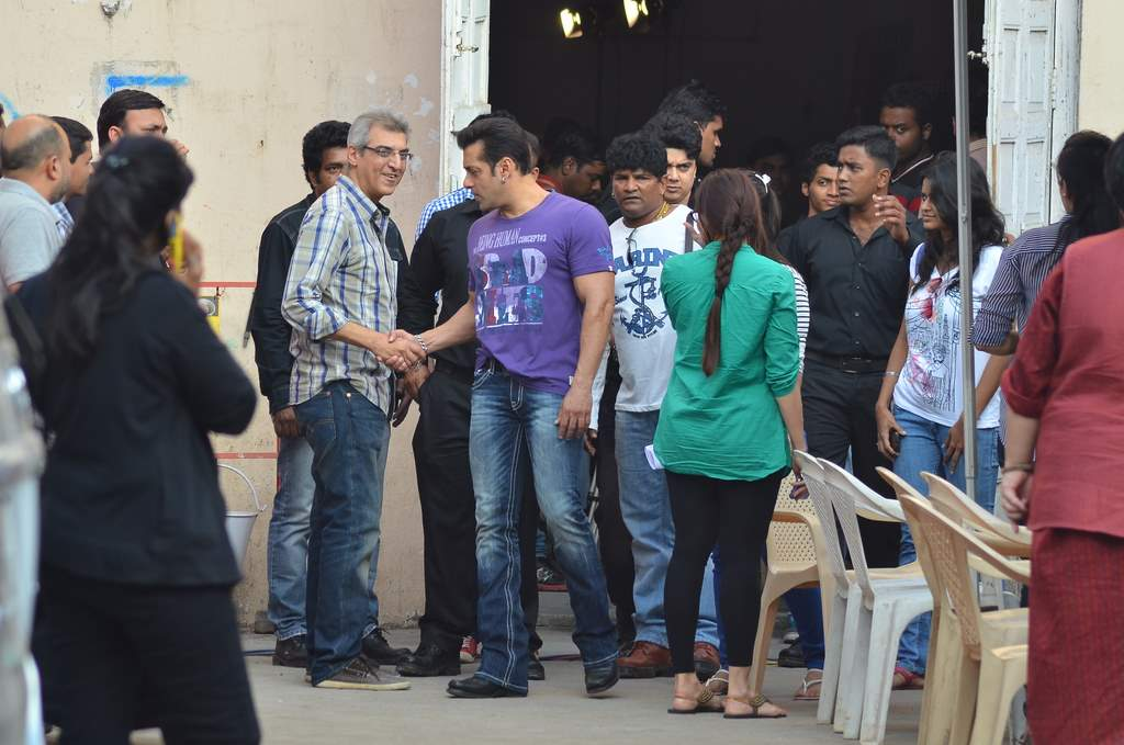 SAlman and daisy at jai ho sets (1)