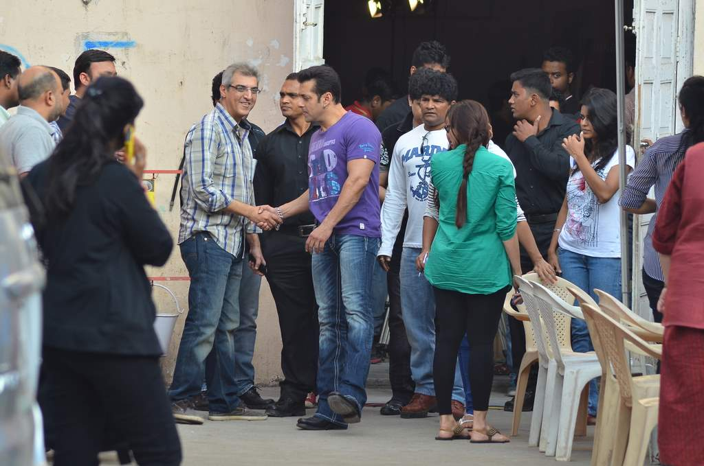SAlman and daisy at jai ho sets (2)