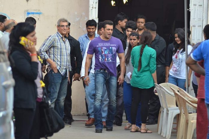 SAlman and daisy at jai ho sets (4)