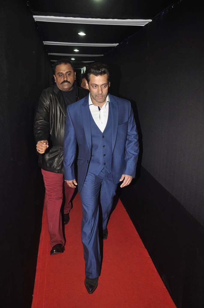 Salman Khan walked the Red Carpet at the 59th Idea Filmfare Awards 2013 at Yash Raj