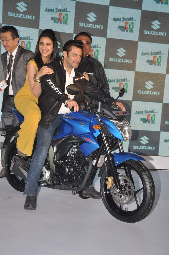 Salman and parineeti at suzuki launch (1)