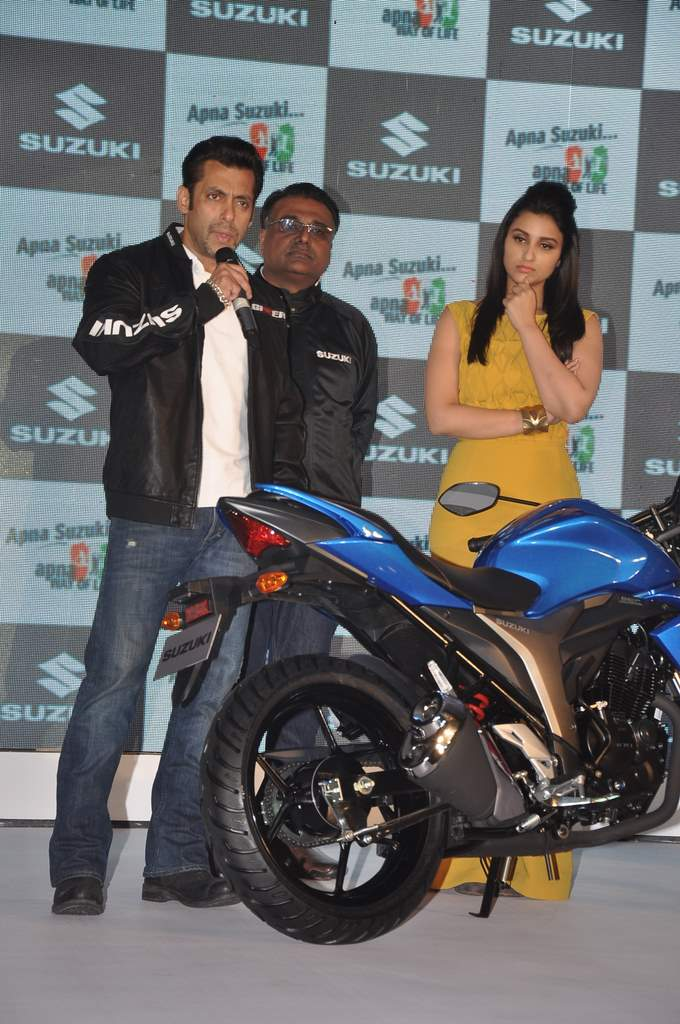Salman and parineeti at suzuki launch (5)