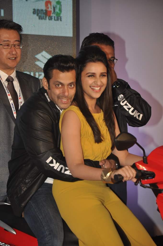 Salman and parineeti at suzuki launch (6)