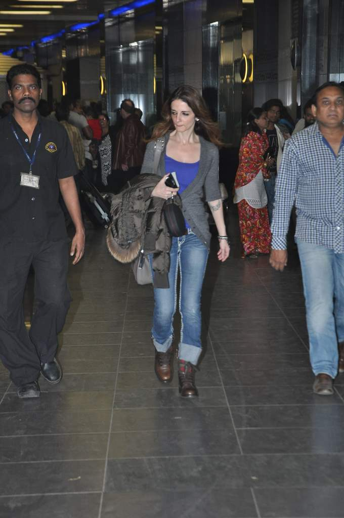 Sussane roshan at airport (1)