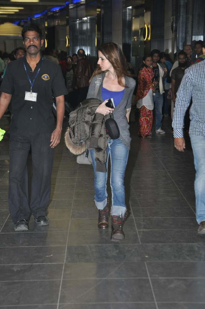 Sussane roshan at airport (2)