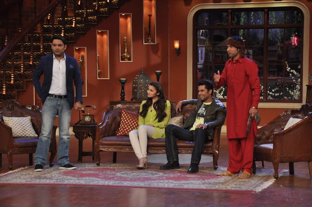 Alia bhatt and randeep hooda at comedy nights (3)