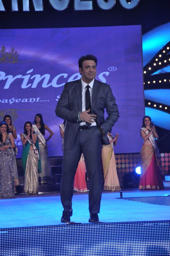 Govinda and Juhi at pageant (4)