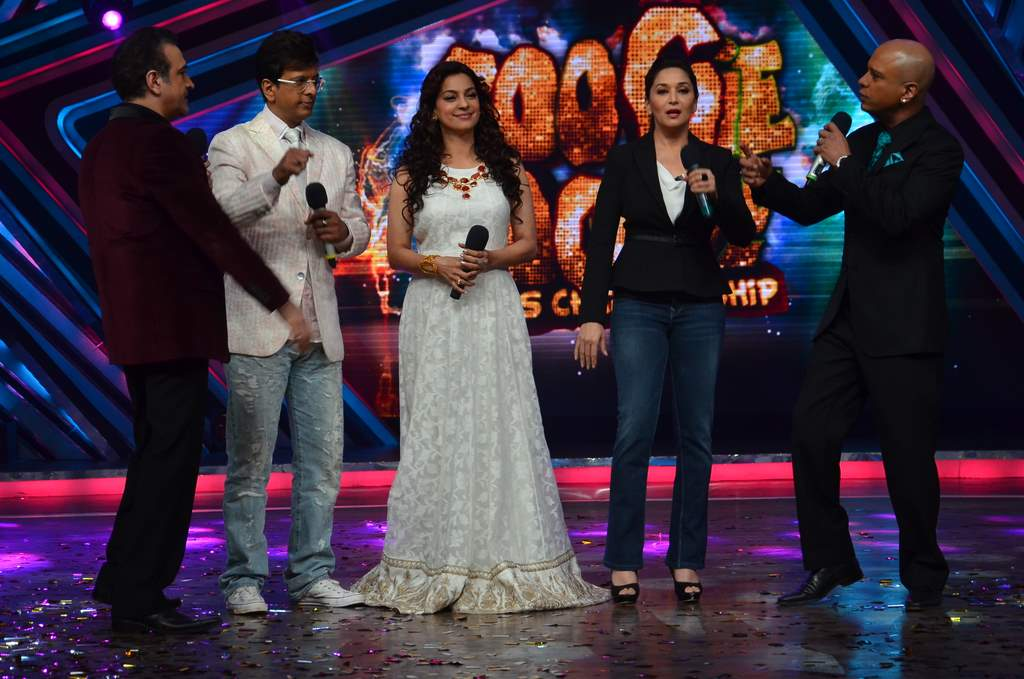 Juhi and Madhuri on Boogie woogie (1)