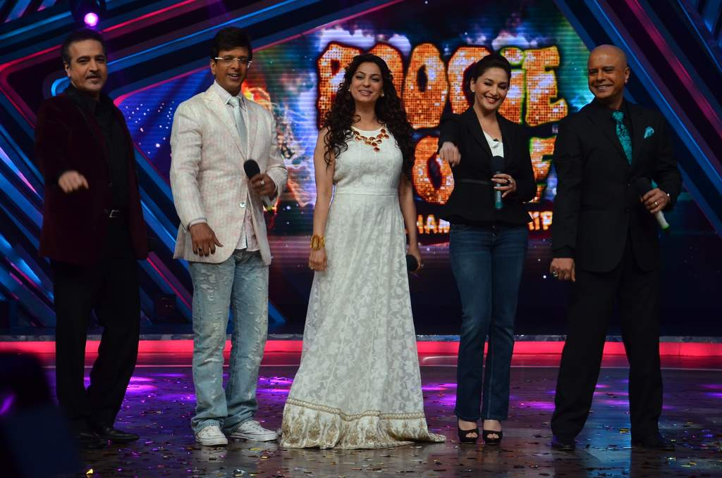 Juhi and Madhuri on Boogie woogie (2)