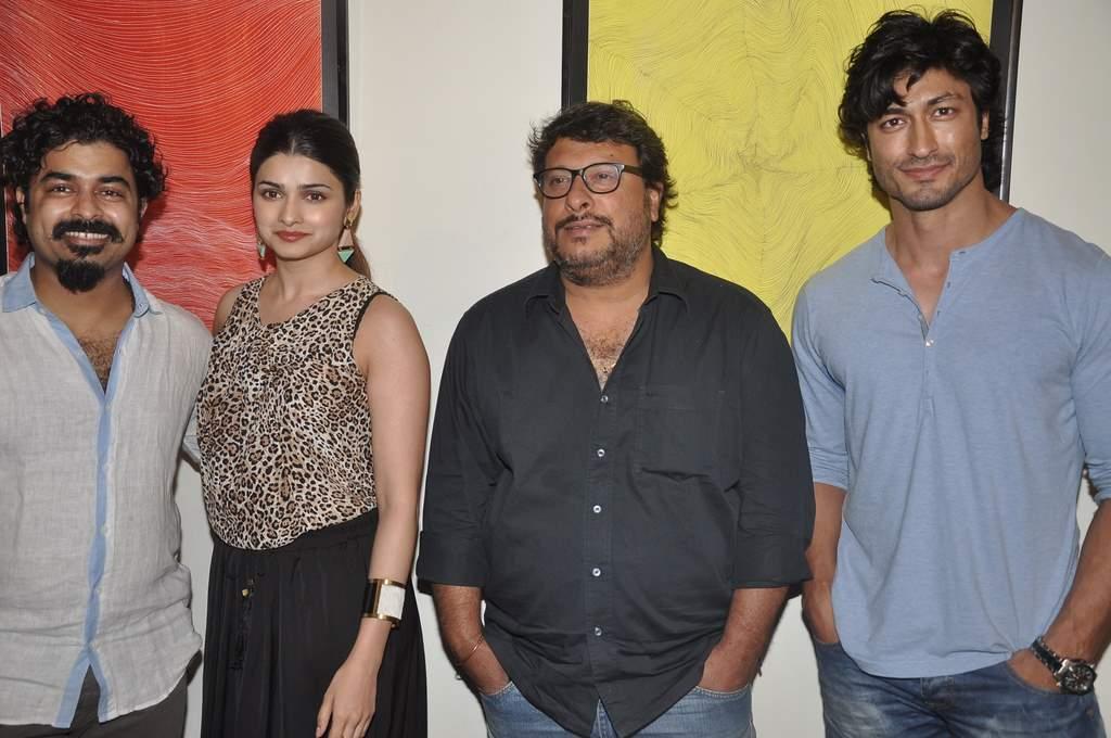 Prachi and Vidyut at art exhibition (1)
