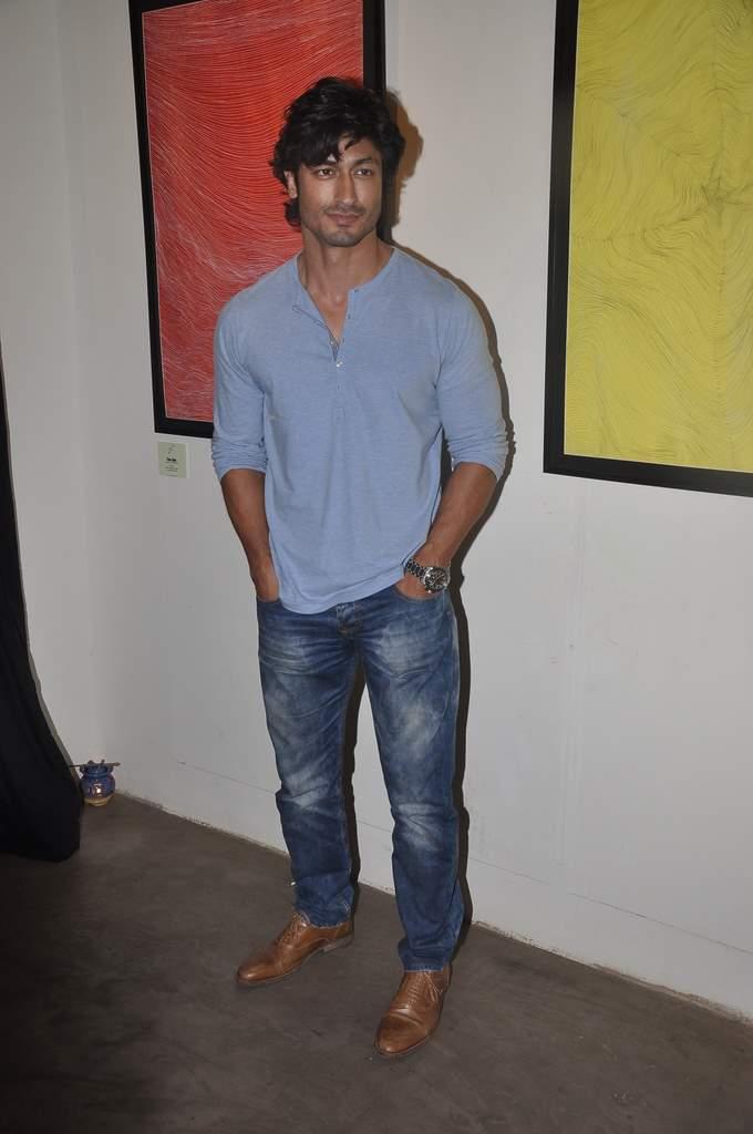 Prachi and Vidyut at art exhibition (2)