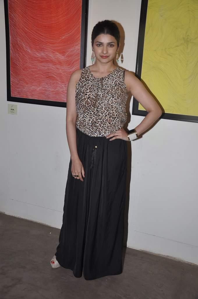 Prachi and Vidyut at art exhibition (3)