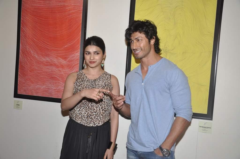Prachi and Vidyut at art exhibition (4)
