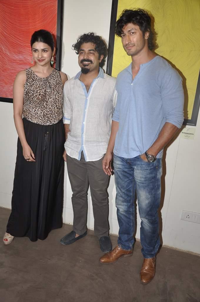 Prachi and Vidyut at art exhibition (5)