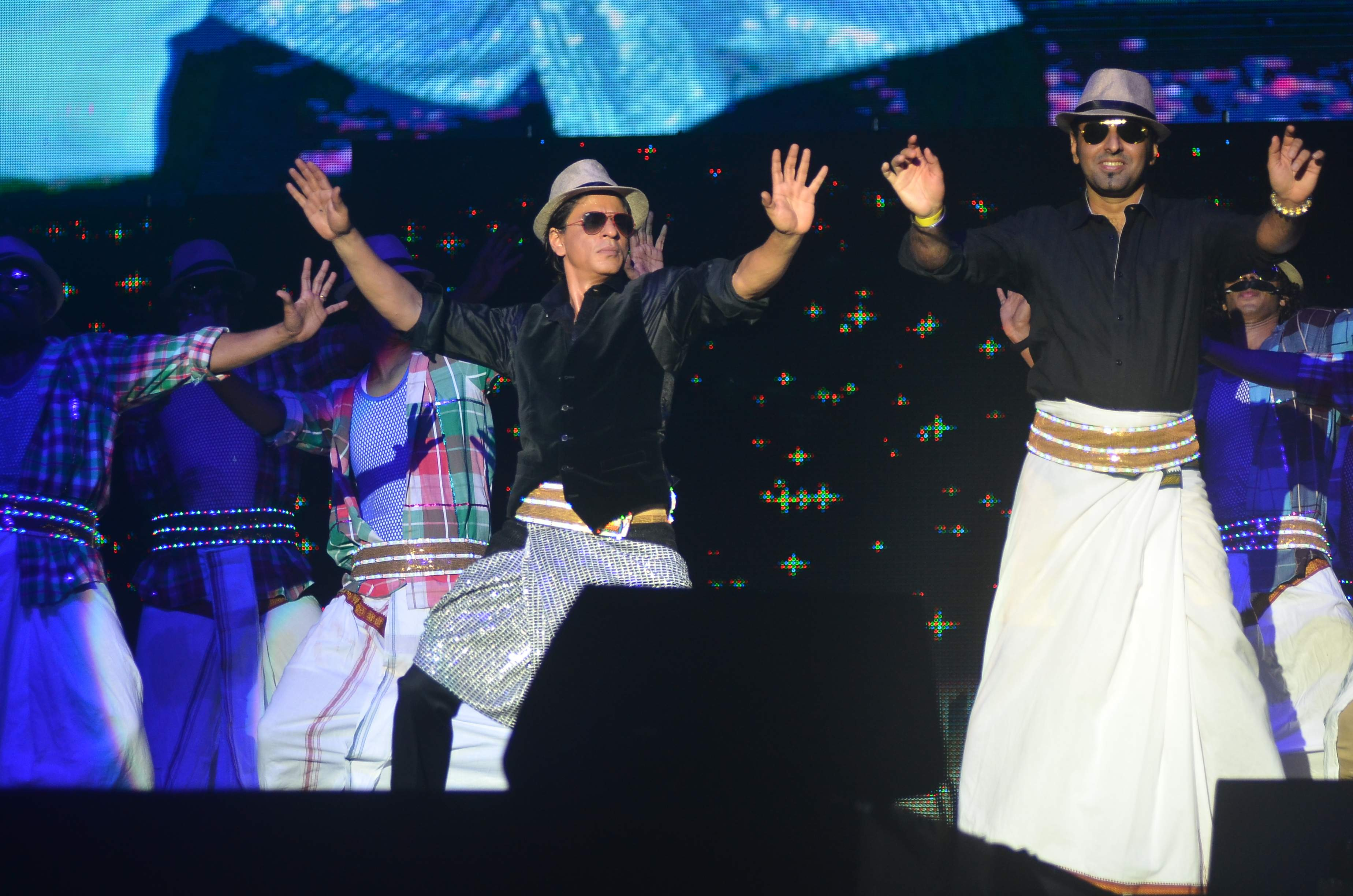 SRK and a audience member perform on Lungi Dance for Temptation Reloaded 2014 Malaysia1