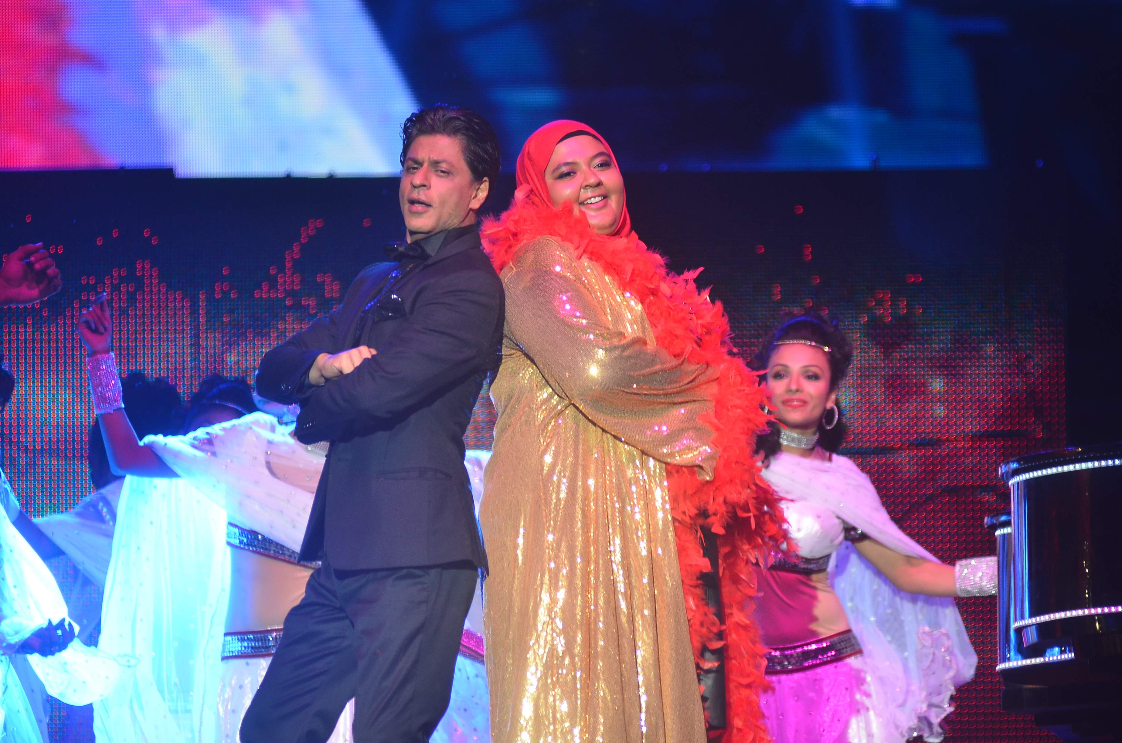 SRK performces with a fan for Temptation Reloaded 2014 Malaysia1