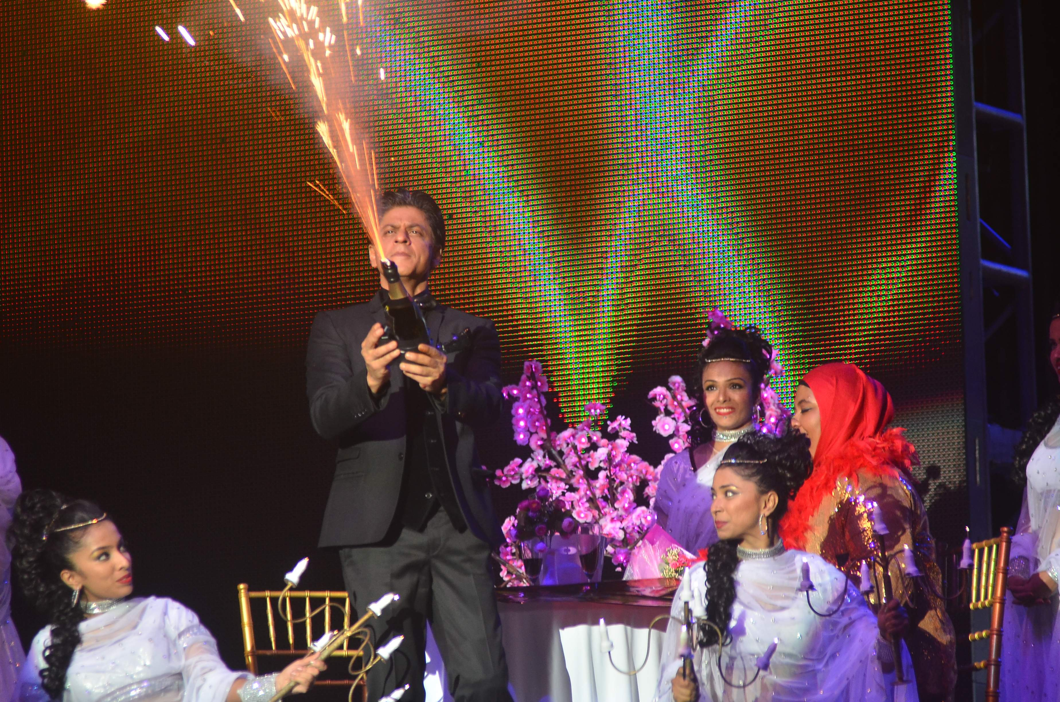 SRK performces with a fan for Temptation Reloaded 2014 Malaysia2