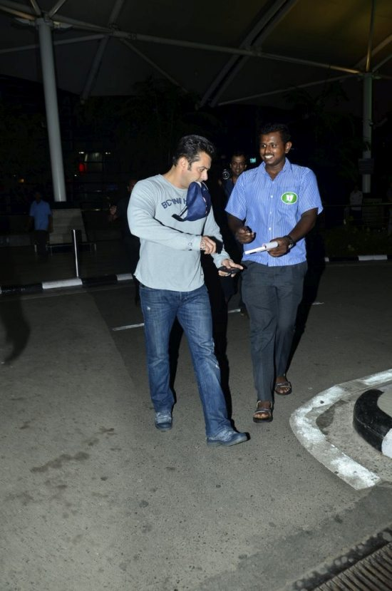 Salman_return_from_modi_swearing_ceremony5