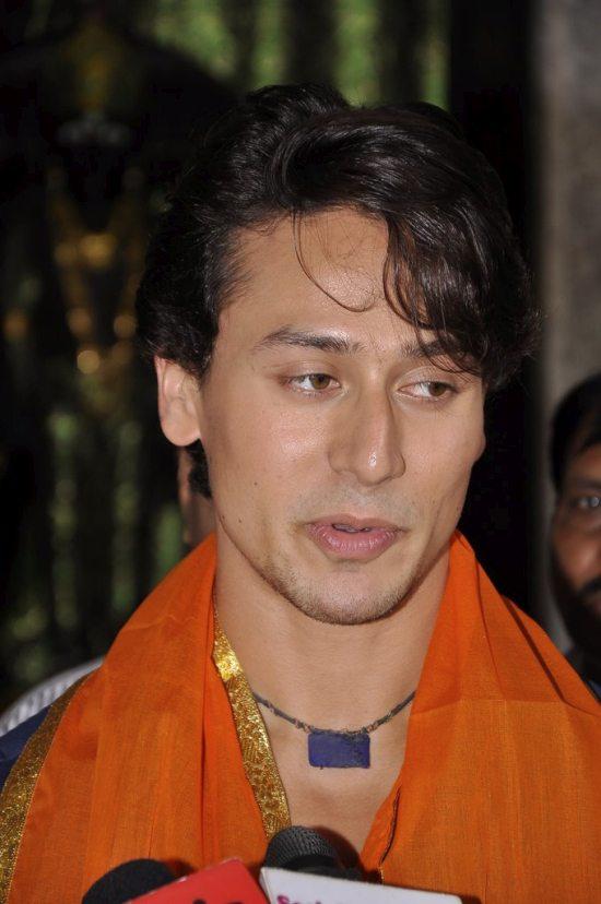 Tiger_and_Kriti_at_Babulnath43