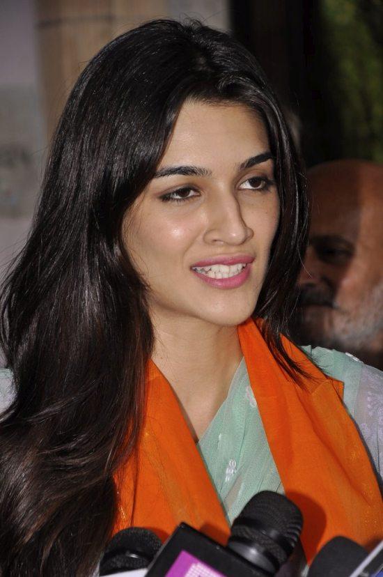 Tiger_and_Kriti_at_Babulnath44