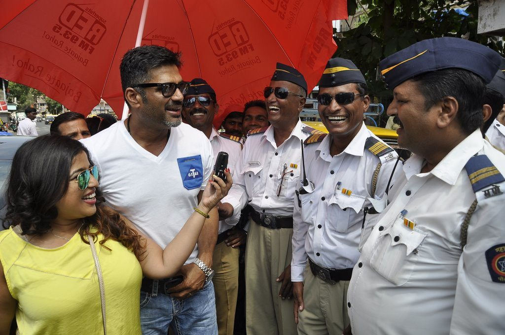 suniel shetty distributes water to traffic cops