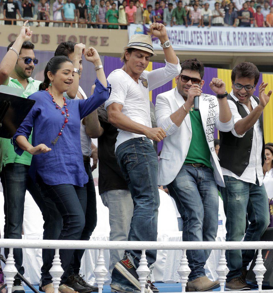 SRK celebrates (2)