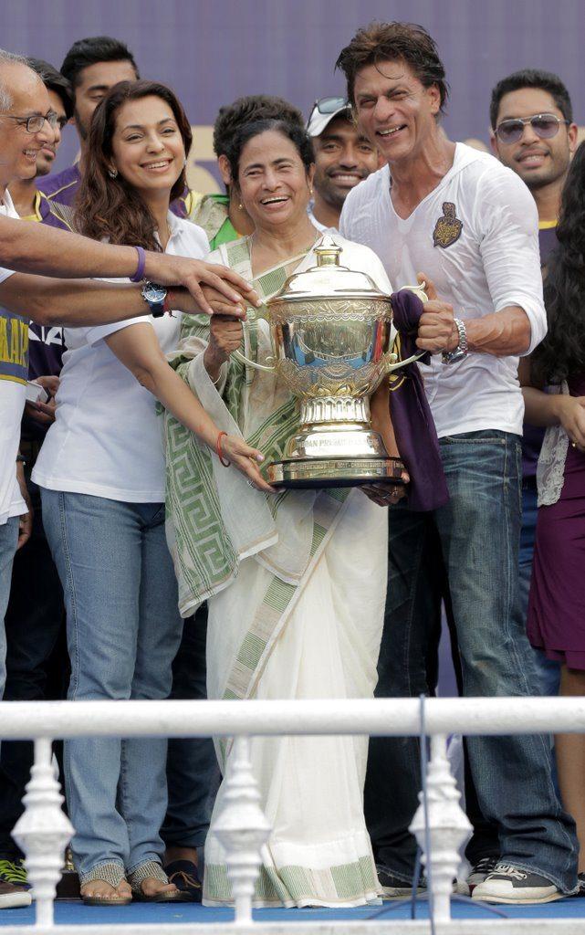SRK celebrates (6)