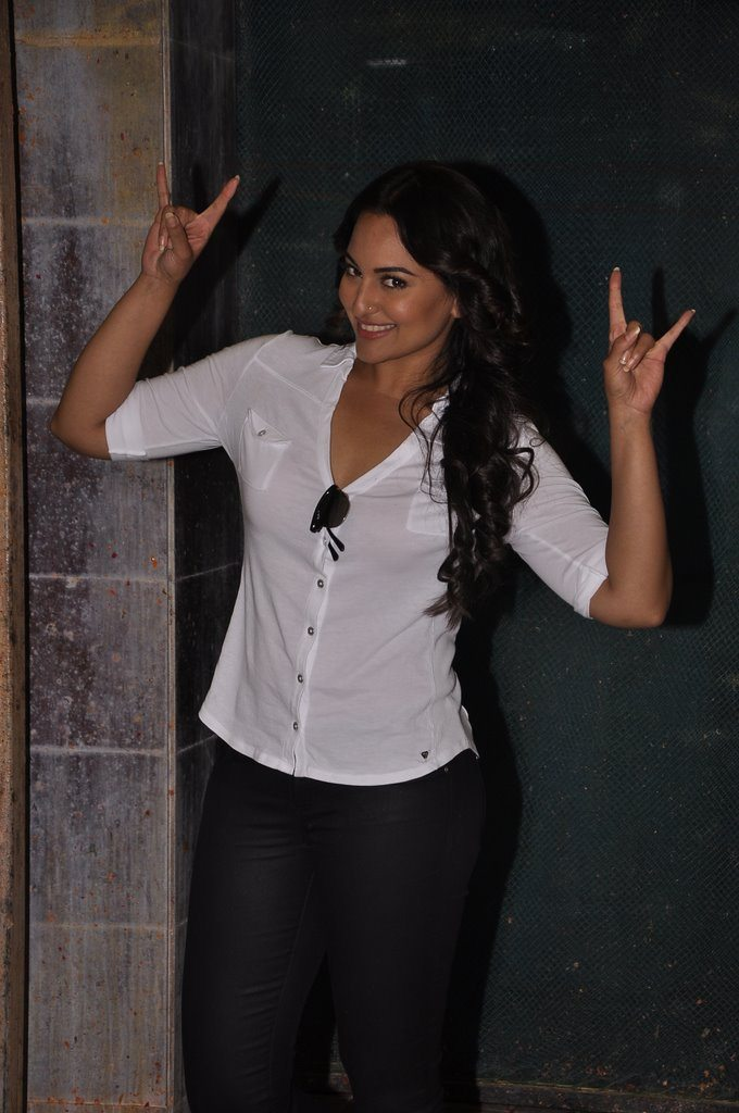 Sonakshi Sinha celebrates No TV Day at Smaaash