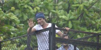 Shahrukh Khan celebrates Eid with fans