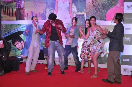Arjun_Kapoor_and_Deepika_Padukone_Finding_Fanny74