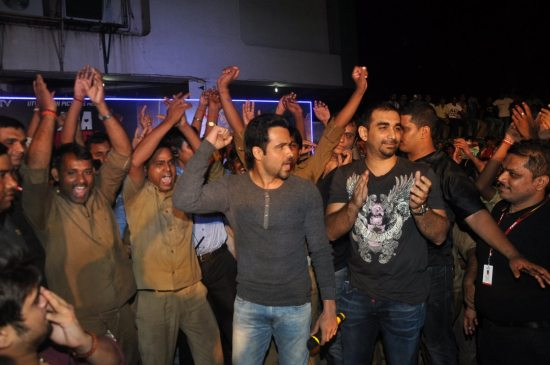 Emraan-Hashmi-watching-Raja-Natwarlal-with-auto-drivers14