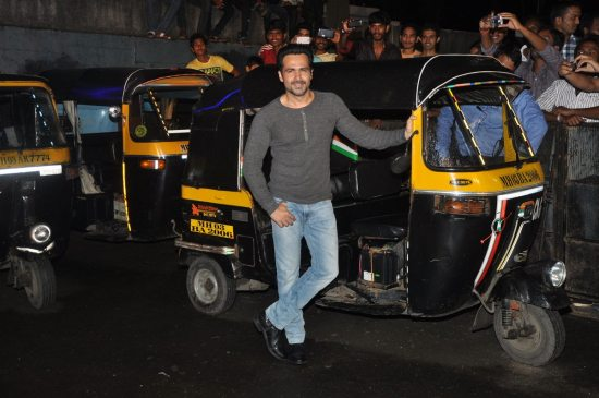Emraan-Hashmi-watching-Raja-Natwarlal-with-auto-drivers21