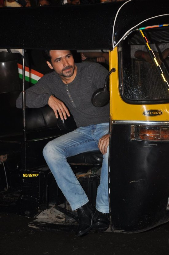 Emraan-Hashmi-watching-Raja-Natwarlal-with-auto-drivers27