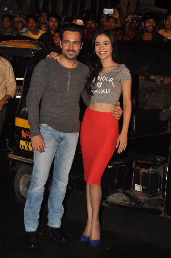 Emraan-Hashmi-watching-Raja-Natwarlal-with-auto-drivers39