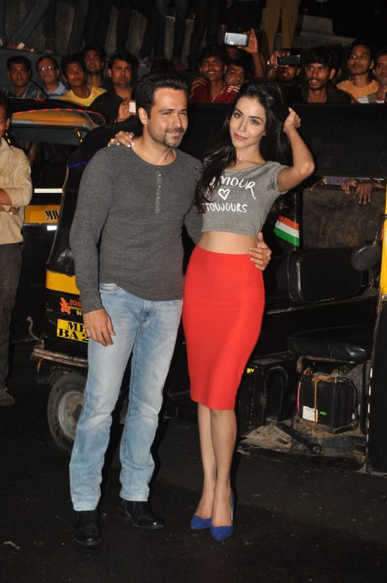 Emraan-Hashmi-watching-Raja-Natwarlal-with-auto-drivers42