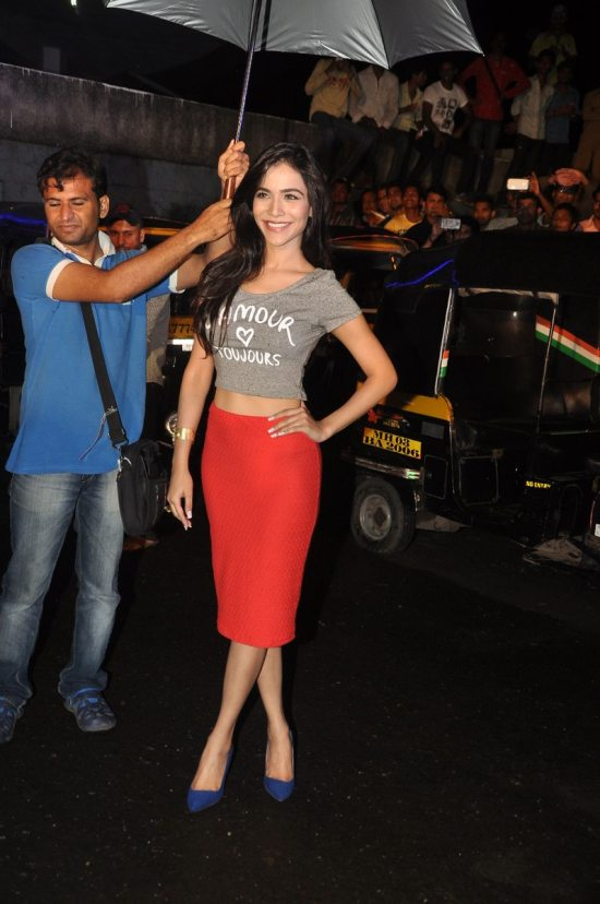 Emraan-Hashmi-watching-Raja-Natwarlal-with-auto-drivers46