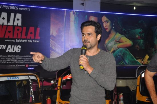 Emraan-Hashmi-watching-Raja-Natwarlal-with-auto-drivers8